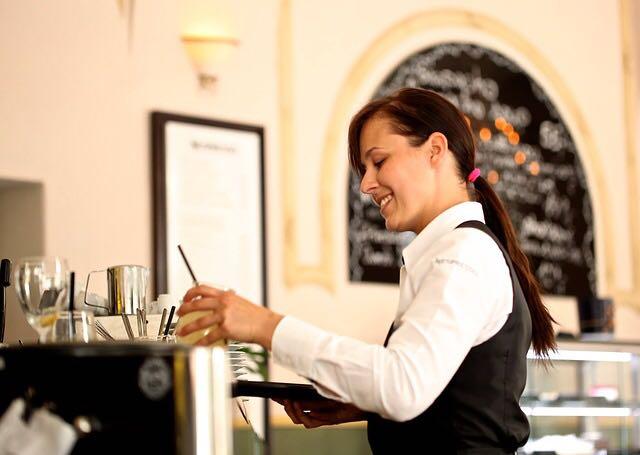 قائمة تدقيق معايير الخدمة- خادم المطعم أو مقدم الطعام