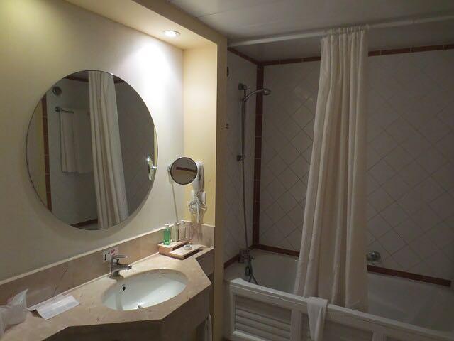 تنظيف ستارة الحمام وحوض الاستحمام