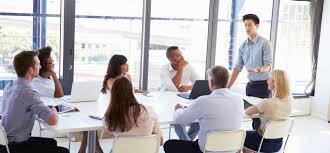 إجراء الاجتماع الصباحي في المكاتب الأمامية